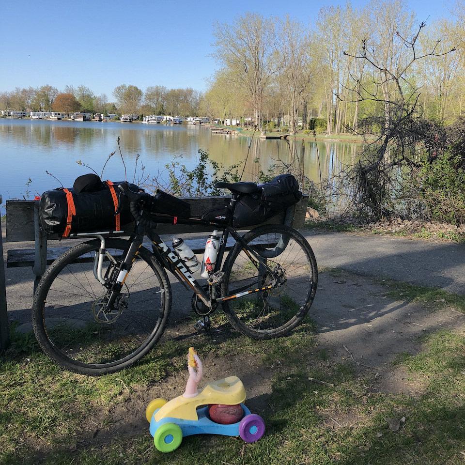 Un vélo devant un lac avec un autre vélo (pour enfant) devant