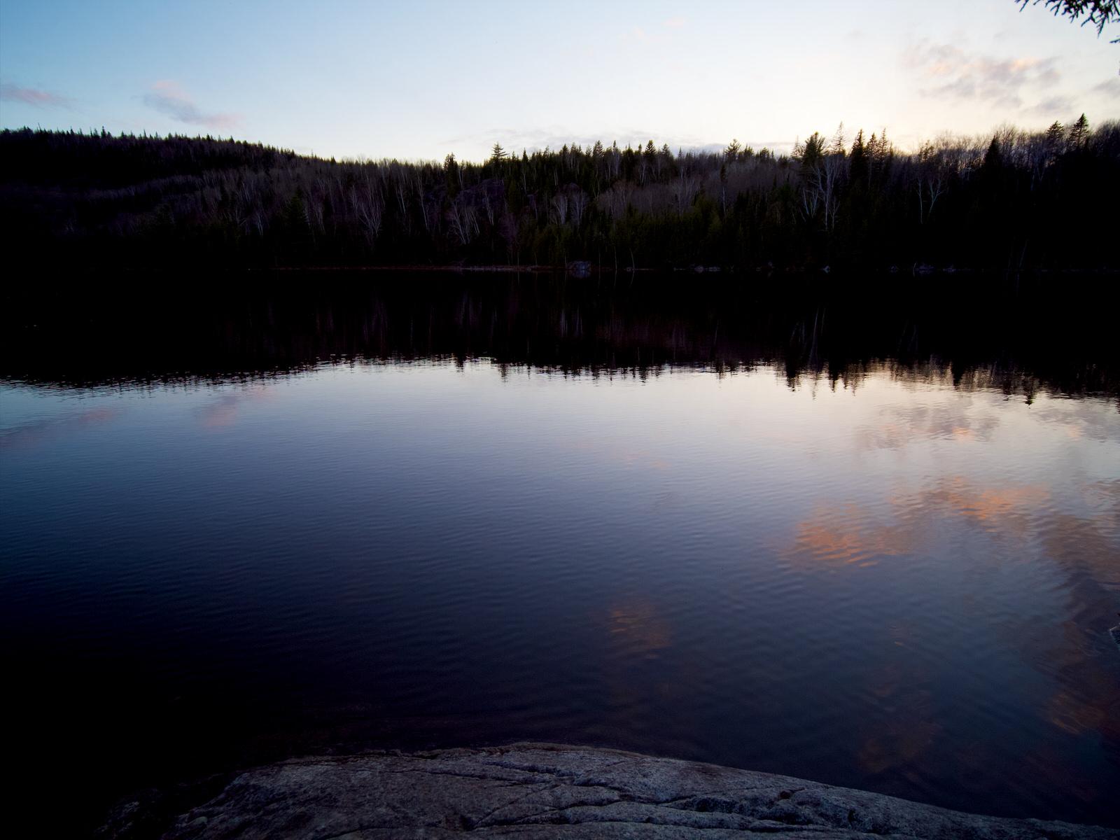 Reflets dans le lac au coucher du soleil