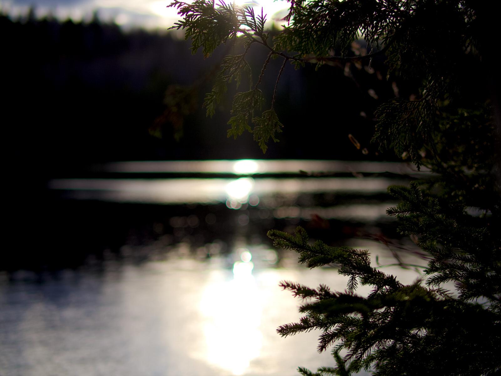 Reflet du soleil sur un lac avant son coucher
