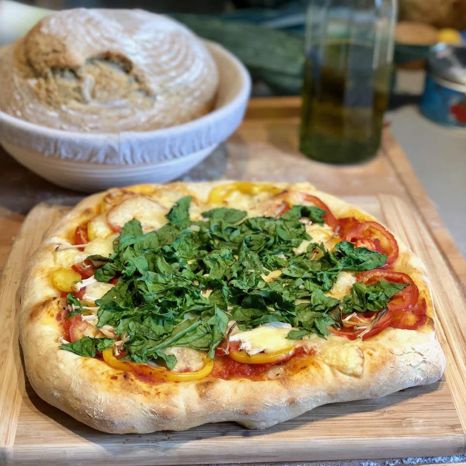 Une pizza, un pain et de l'huile d'olive.